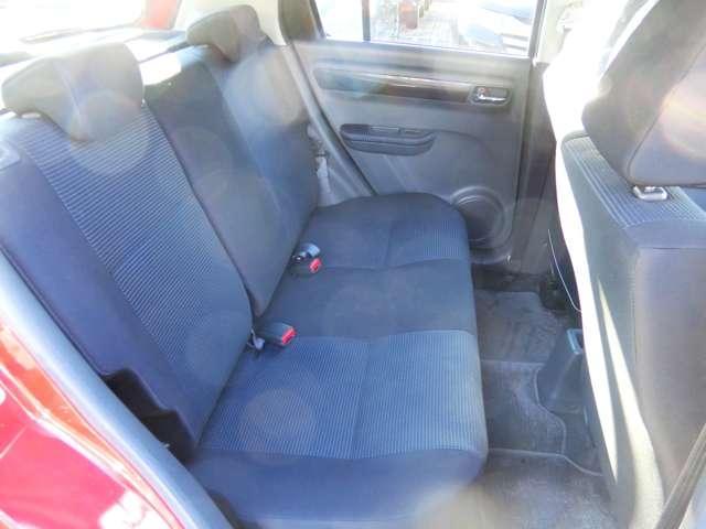 前席をいっぱいに下げても足元スペースは十分にございます。