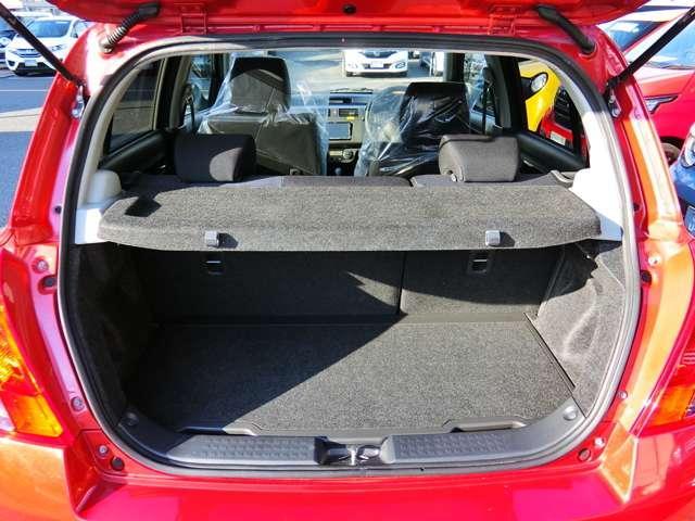 荷室はこれだけのスペースがあるので、通常の買い物などに困る事なくご利用いただけます。