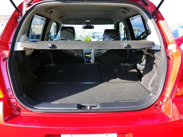 後部座席を前に倒すとこれだけのスペースができるので、長い荷物や段ボールなど積む事ができます。