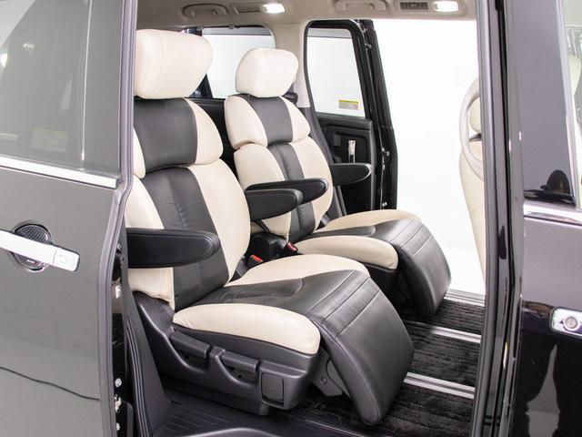専用黒&白本革シートが採用されております!セカンドシートは7人乗りのキャプテンシートタイプとなっております!オットマンも装備してますので、足を伸ばしくつろぐ事が出来ます!