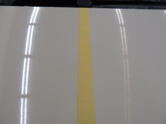 左側がコーティング施工後、右側が施工前です。蛍光灯の反射の違いがはっきりわかります!
