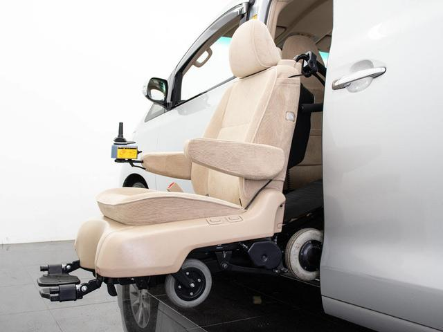 セカンドシートが回転して、車外へスライドダウン。シートは脱着でき、車いすとしてご利用いただけます。