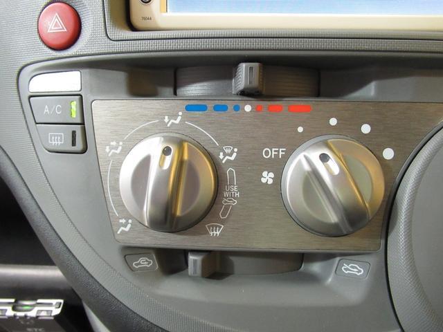 【エアコン】ダイヤル式のマニュアルエアコンです。好みの温度に調節可能!