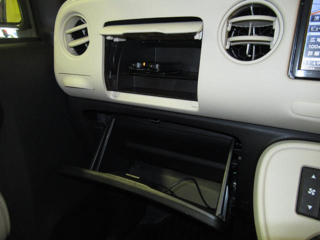 ダッシュボードの収納もたっぷり。車内の整理整頓に役立ちますね