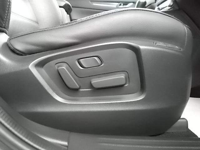 細やかな調整が可能なパワーシートで快適なドライビングポジションを確保します。