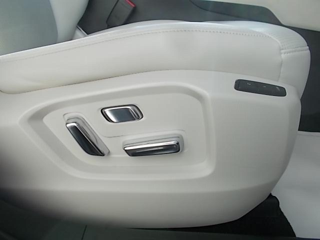 ドライバーの体格にあわせて細やかな調整が可能なパワーシート。
