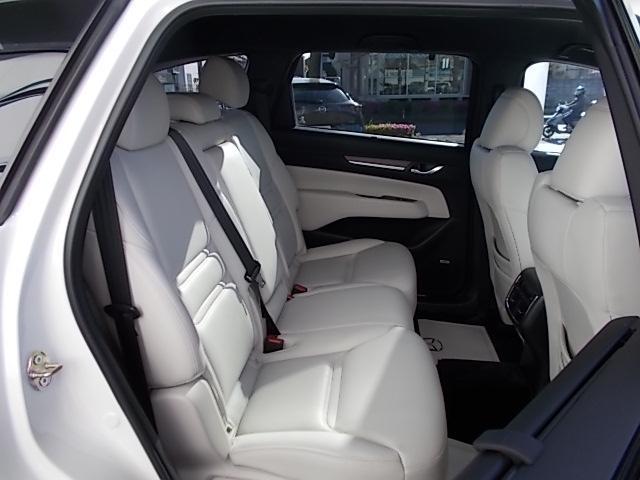 見通しの良さと足元のゆったり感を追求したセカンドシートで大人も快適にドライブを楽しめますよ。