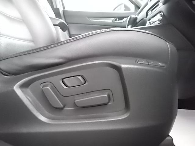 前席パワーシート。細やかな調整が可能で快適なドライビンゴポジションを確保します。