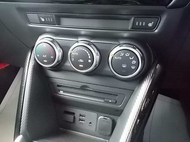 車内を快適な温度に調整するオートエアコン。前席には3段階調整機能付きのシートヒーターも装着されております。