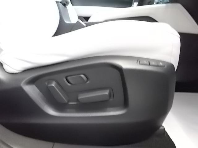 前席パワーシート。細やかの調整が可能で快適なドライビンゴポジションを確保します。