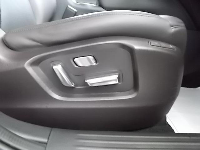 前席パワーシート。細やかな調整が可能で快適なドライビングポジションを確保します。