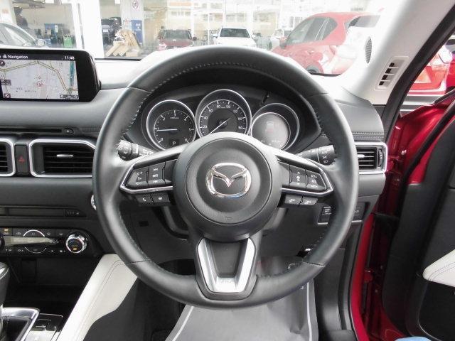 革巻きステアリング&ステアリングスイッチ付きで運転中も簡単に操作が出来て安全運転をサポートします!