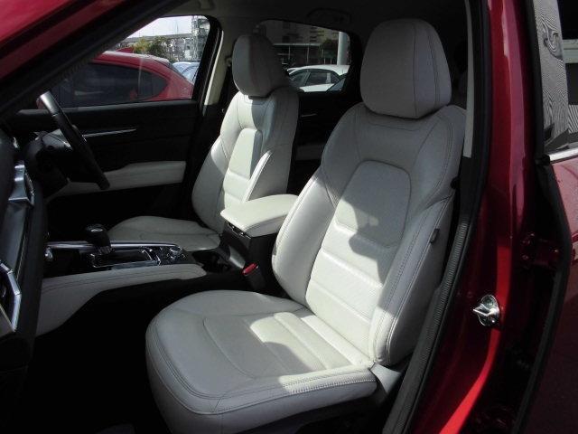 ホワイトシートで広々運転席/助手席ロングドライブも快適です!