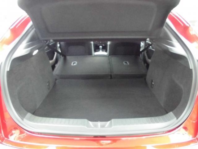 セカンドシートをワンタッチで簡単に収納出来ます。フラットでとっても広いラゲッジルームです。大きい荷物も楽々収納!