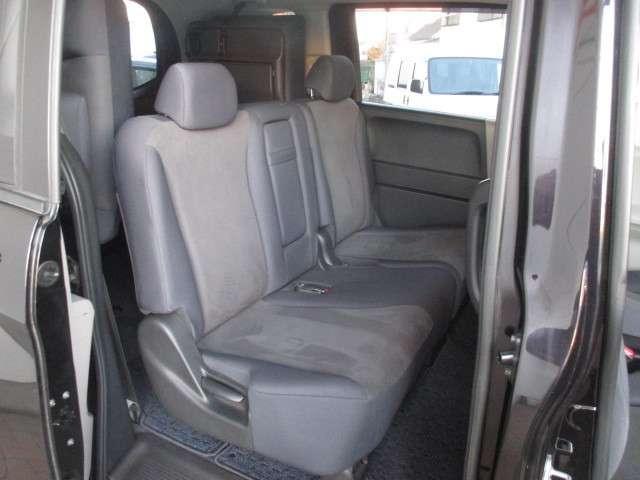 こちらは二列目シートの写真です。三人乗りシートです。