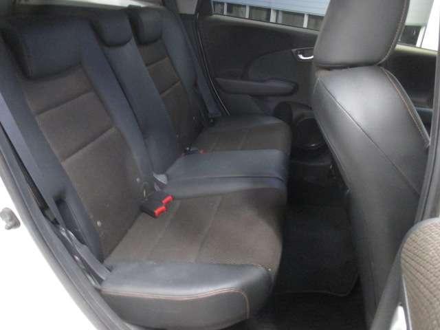 こちらは後部是席の写真です。足下が広い3人乗りシートです。