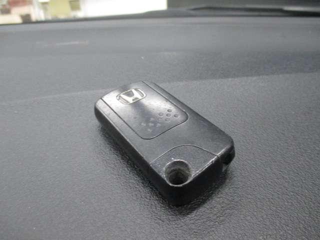 スマートキーのお写真です。鍵をお持ち頂くだけでドアの施錠開錠が可能です♪