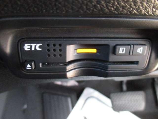 ETC車載器のお写真です。高速道路など、有料道路を通過する際には大変便利な装備ですね♪