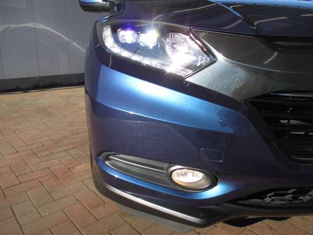 純正LEDヘッドライトのお写真です。夜間を走行する際にも遠くまで照らしてくれますので、安心してお乗り頂けますね♪