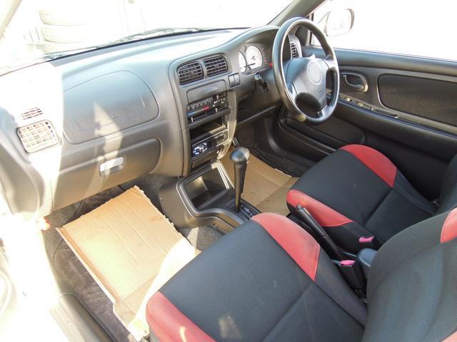 内装シートは黒と赤の二色展開でかっこいいですよ!