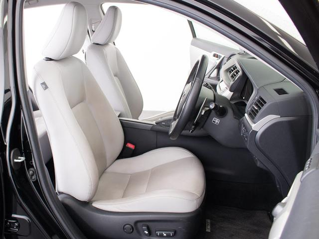 車内は高級感あふれる本革シートとなっております。