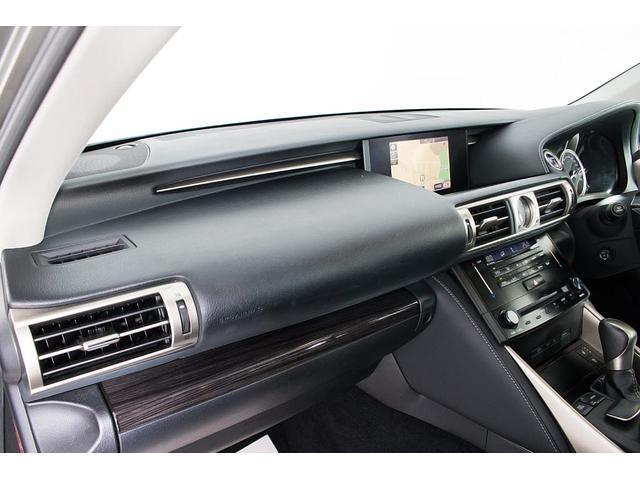 高級感をさらに高めるレザーシート搭載!!今では三大人気装備の一つとなり車内状態もとても良好です。お好みのシートカラー(赤、白、青等々)への変更も可能となります。