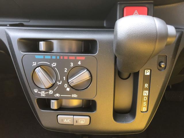 インパネシフト。エアコンはご自身で風量や温度を調整するタイプです。