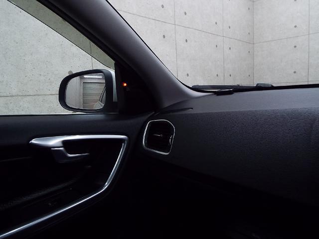 ★BLISはドライビング中の死角情報を提供する装備です。リアバンパーに装着された高精度ミリ波レーダーによって後方や側面にいる見えない車を監視。他の車が死角に入っている場合警告でその存在を知らせます。