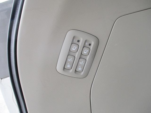電動格納3列目になり、ボタン一つで床下に収納が可能です!