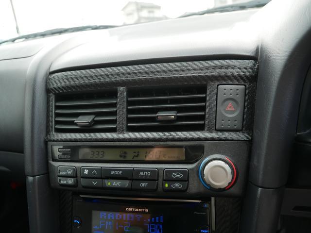 車内の温度管理が簡単なオートエアコン機能付き!