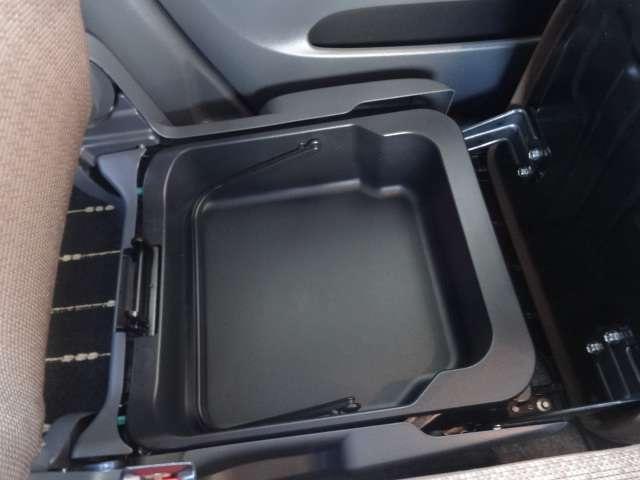 助手席イス下に収納スペースが御座います。靴や車検証を入れられます。