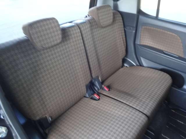 後部席シートです。目立つ様な大きな汚れやへたりは御座いません。ルームクリーニング済み。