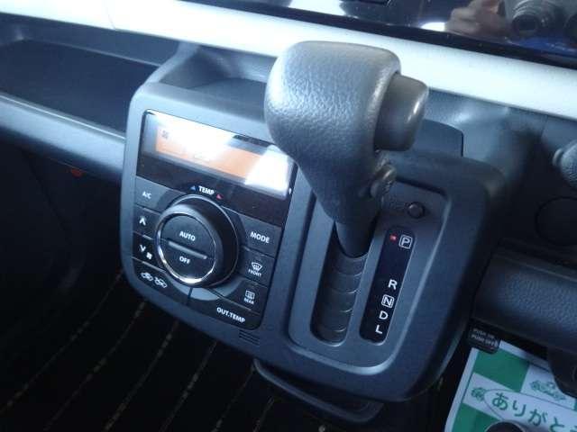 シフト周りです。オートエアコンなので温度設定するだけで車内温度を快適に出来ます。