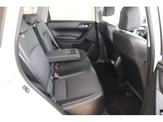 後部座席はリクライニングできますのでゆったりお乗りください。