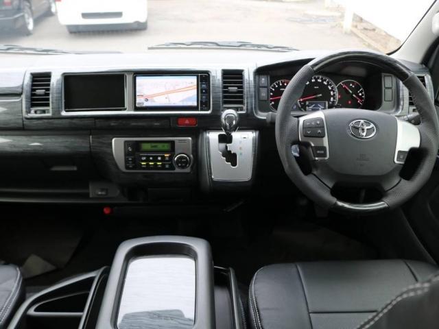 運転席周りには高級感溢れる黒木目調インテリアパネルキットを装着!