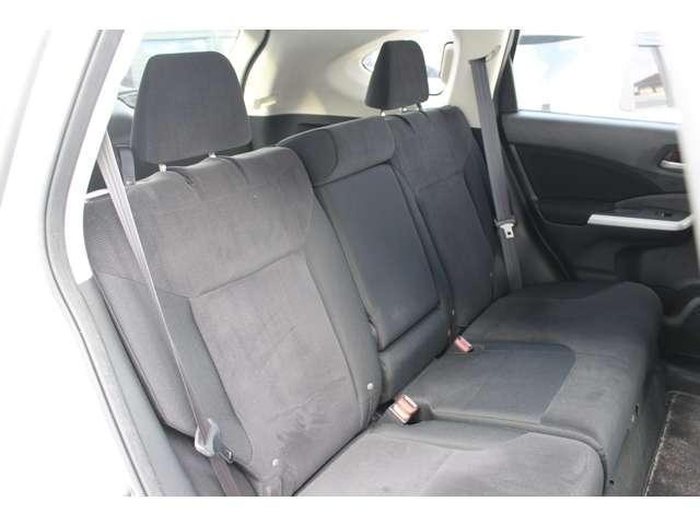後部座席も足元はゆったりしており快適にお座り頂けます!