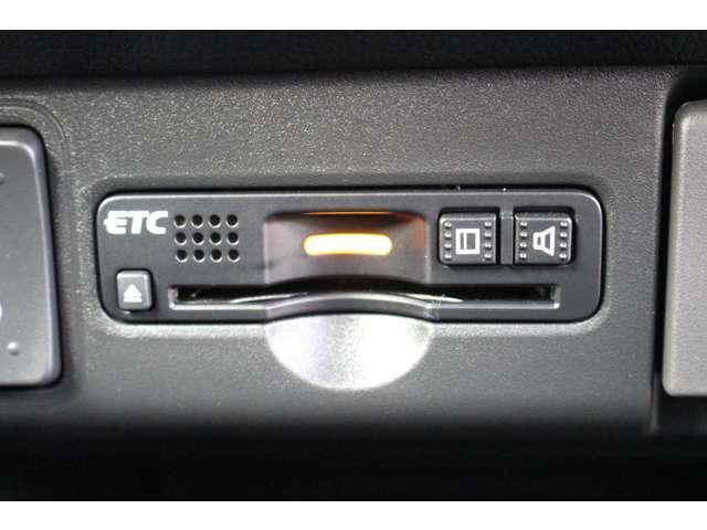 ETC車載器付ですので高速道路の料金所もノンストップです!道路料金の割引はETC付きのお車でしか受けれない特権です!!