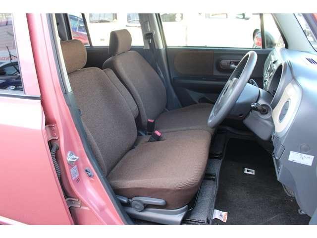 運転席シートはベンチシートになっており広々乗れて助手席と運転席の移動が楽です。