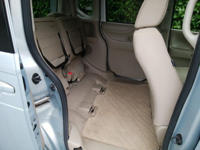 後部座席の座面を跳ね上げれば広いスペースを作れます!