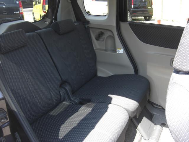 リアシートです♪最近の軽自動車は足元がずいぶん広くなりました。リクライニングもしますので長距離ドライブでも安心です。荷物の多い時はリアシートを倒してください♪
