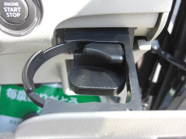 備え付けのドリンクホルダーです♪ダッシュボードに収納されますのでご使用されない場合でも邪魔になりません。助手席側にも付いていますので大変便利です♪