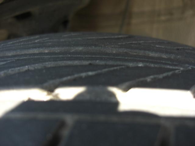 右フロントのタイヤの残溝です♪