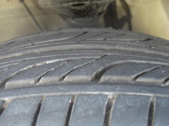 左フロントのタイヤの残溝です♪当社はタイヤチェンジャー・ホイールバランサーをご用意いし中古タイヤの取り扱いも行っておりますのでタイヤ交換・ホイールバランスもお任せ下さい♪
