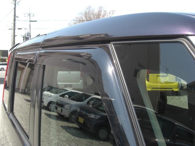 ドアバイザーも付いています♪雨の日でも窓を多少開けることが出来ます。車内の空気を入れ替えたい時に便利です。特におタバコを吸われる方には必需品かも?