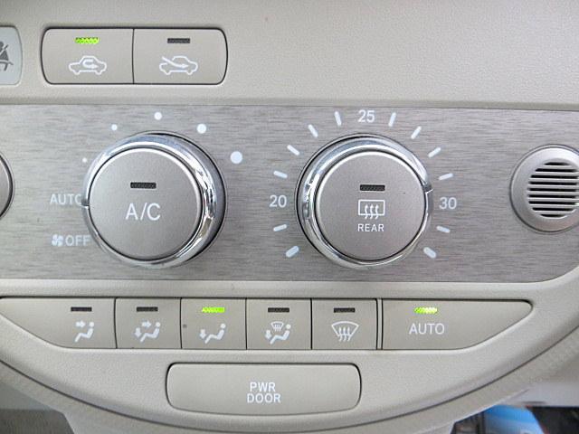 自動ドアのスイッチも運転席にあります!安全確認をしながらの操作が出来ますので、小さなお子様がいても安心ですよ!