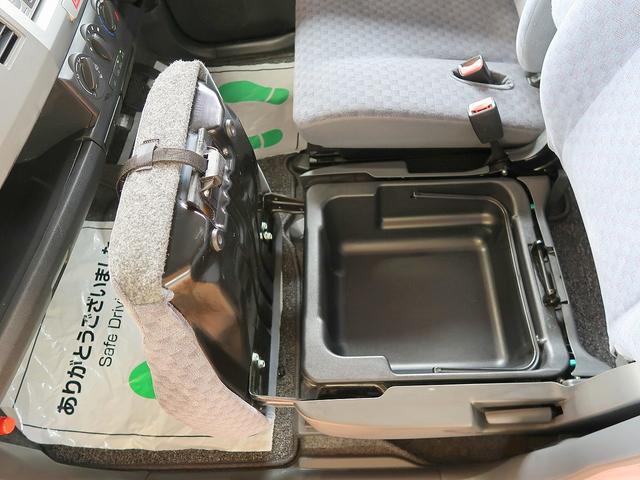 助手席シート下にも収納スペースがあります!何気に重宝しますよ!