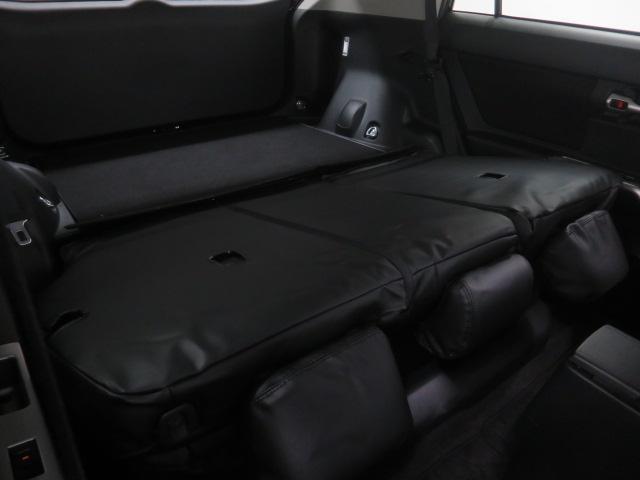 リヤシート分割可倒機能付で、トランク内に収納できない大きな荷物を積み込む事が可能です!!