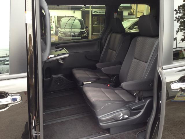 車内での休憩タイムをより快適に過ごせる、助手席シートバックテーブル完備! カップホルダーも2個付いて、置く場所に困ることもありません!