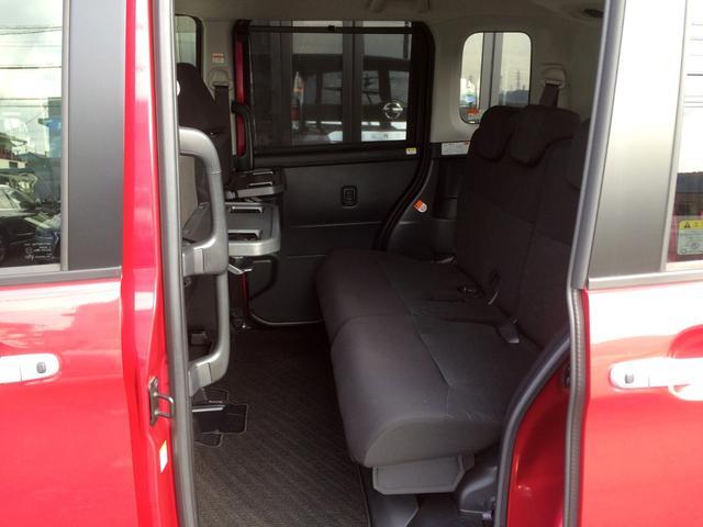 高級感あふれるブラックシートにロールアップ式サンシェードも完備、車内での休憩タイムをより快適に過ごせる助手席シートバックテーブル搭載! カップホルダーもあり置く場所に困りません!
