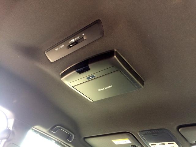 アルパイン・フリップダウンモニターは畳むと天井フラットになり、ルームミラーも見やすく、視界良好です!